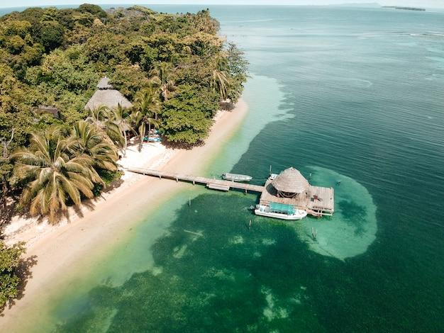 ドローンビューからカリブ海のビーチ