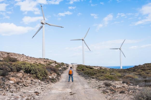 風力発電塔の隣の人