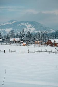 Зимний горный курорт пейзаж с деревянными домами