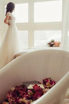 窓がぼやけて赤い花と白いお風呂