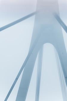 霧の中で大きな橋