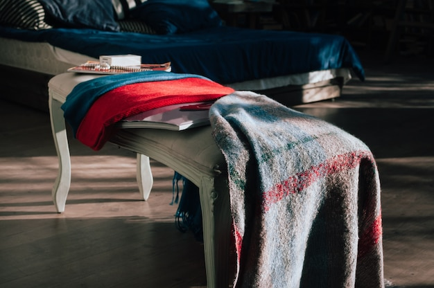 Красиво выставленные красочные текстильные шарфы