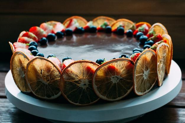 Вкусный шоколадный торт с фруктами и роскошной глазурью