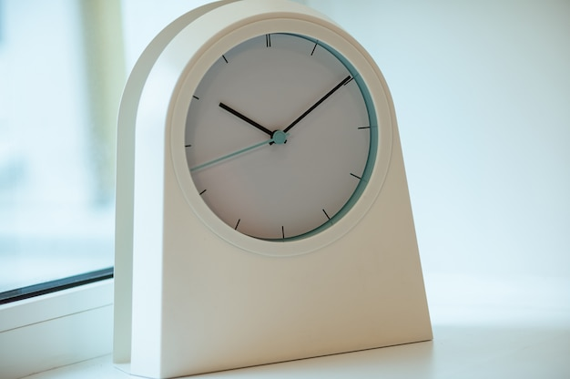白いモダンな時計