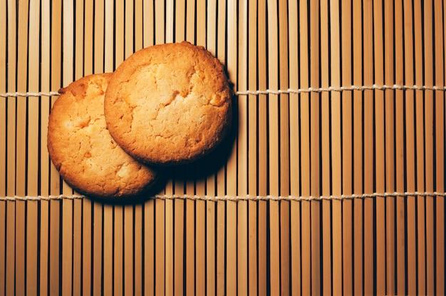Сладкое круглое печенье на бамбуковом фоне