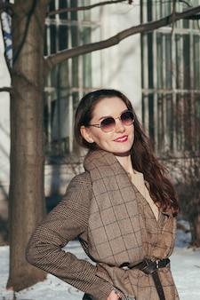 Модный уличный стиль красивой девушки в зимней одежде