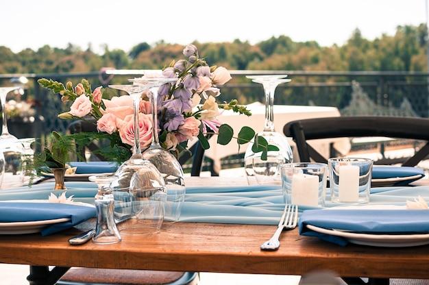 屋外での結婚式またはイベント装飾テーブルのセットアップ