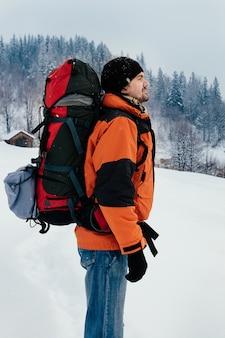 Турист наслаждается свежим воздухом заснеженный горный лес пейзаж