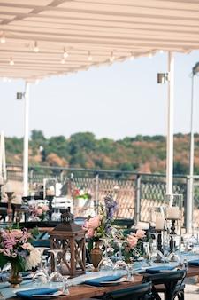 結婚式またはイベント装飾のセットアップ、屋外、夏時間