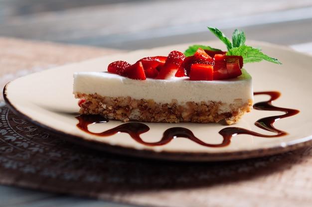 イチゴのケーキ、セレクティブフォーカスのスライス