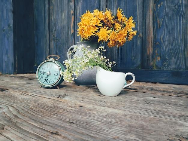 黄色の花と時計