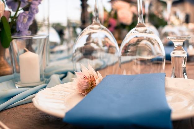 青い装飾テーブルのセットアップ