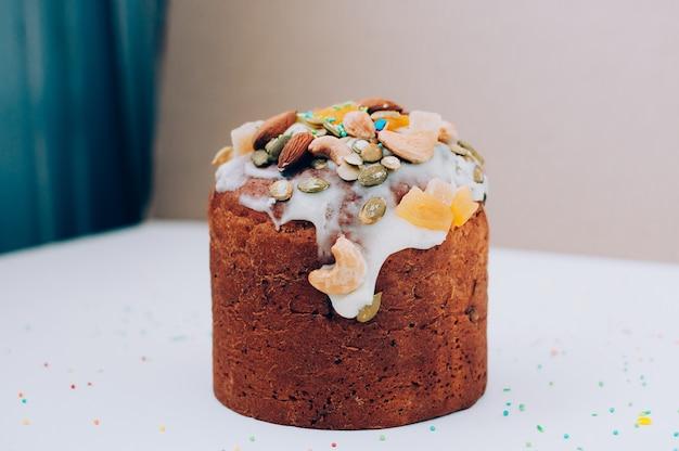 アイシング、ナッツ、砂糖漬けの果物で飾られたイースターケーキ