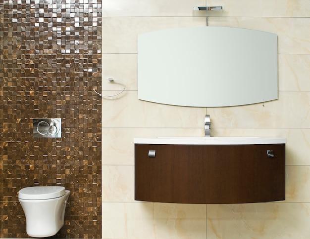 Современная ванная комната с бежевой плиткой на стене