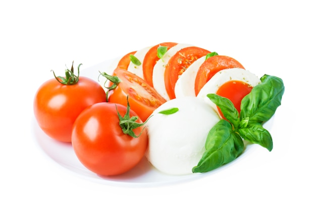 完熟トマトとモッツァレラチーズと新鮮なバジルの葉のサラダ添え。