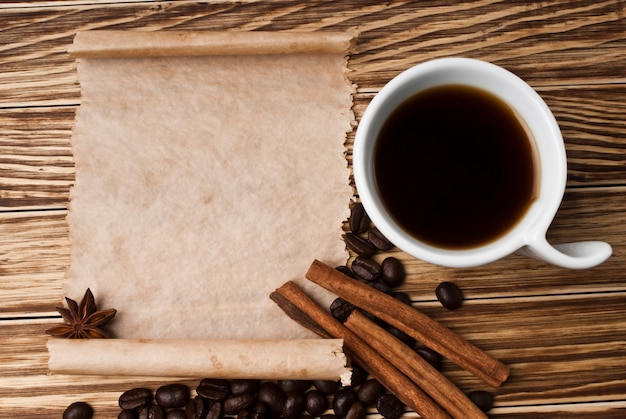 コーヒーと木製の背景にスパイス