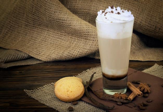 コーヒーラテ。背の高いグラスにホイップクリームをトッピングしたコーヒー