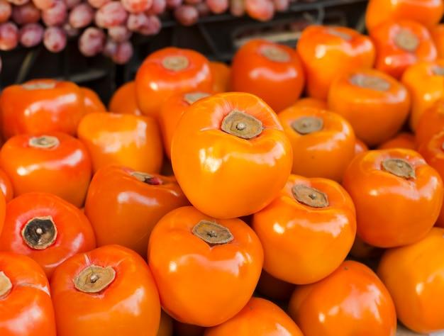 Урожай хурмы крупным планом. , здоровое питание. концепция осеннего сельскохозяйственного урожая