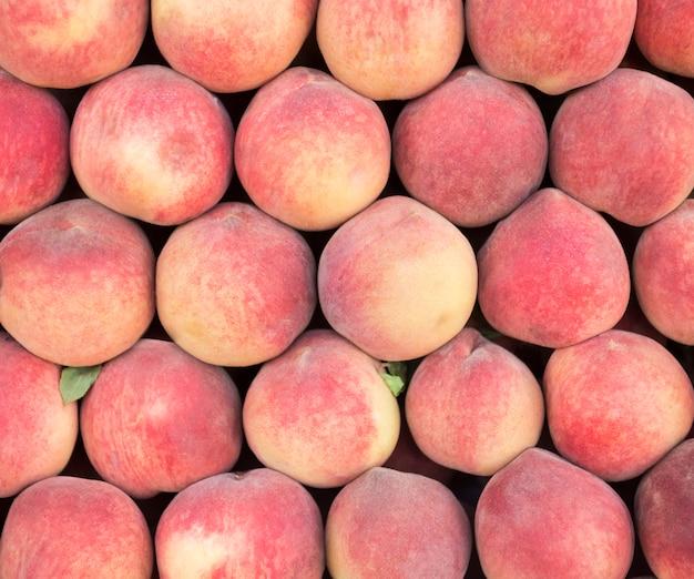 Крупный план свежих персиков.
