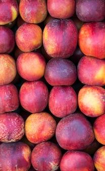 市場の有機フレッシュネクタリン。 。健康的な食事。秋の農業収穫の概念