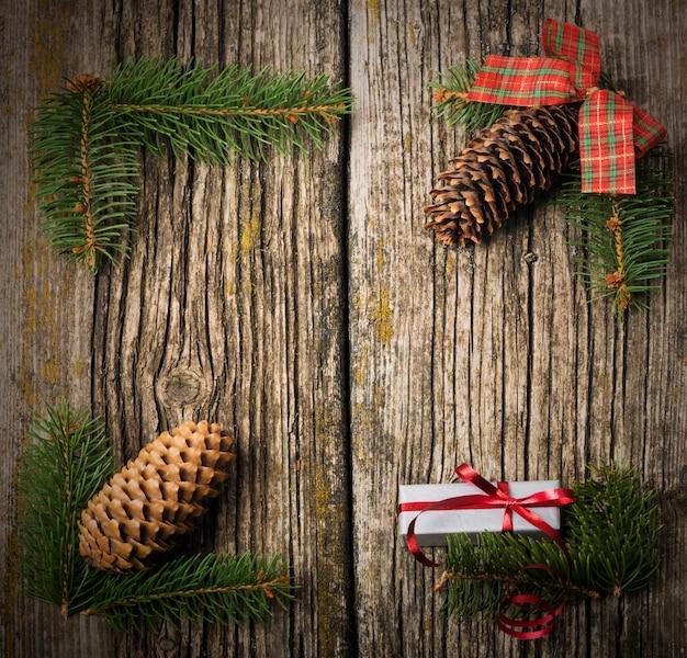 古い木製の背景上のクリスマスの装飾