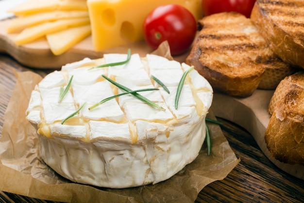 ローズマリーとトーストにニンニクをこすった焼きカマンベールチーズ