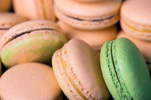 Многие цветные сладкие миндальное печенье. выборочный фокус