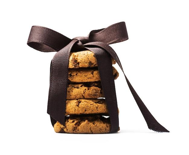 黒い弓と白い表面にチョコレートチップクッキー