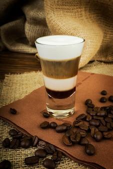 Кофе латте в стеклянной чашке