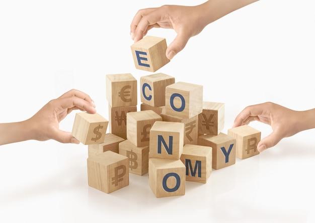 Люди играют с деревянными блоками