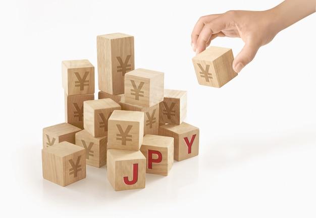 Человек играет с деревянными блоками