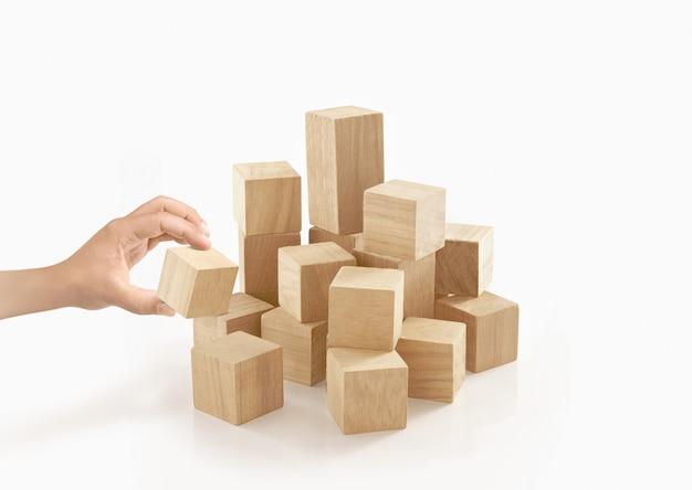 Одиночная рука играя деревянную коробку на изолированный.