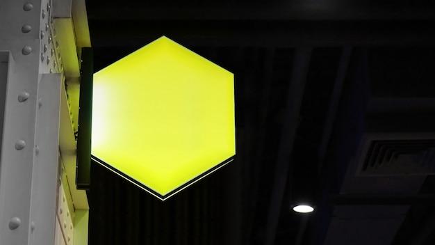 Пустой шестигранный лайтбокс вывесок висит на стене
