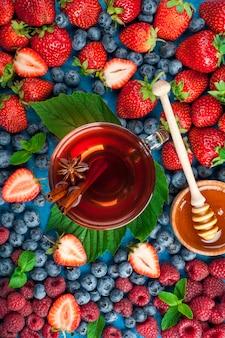イチゴ、ブルーベリー、ラズベリー、スパイスのベリーミックス入りハーブティー