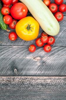 野菜の背景。チェリートマト、黄色いトマト、ズッキーニ、きゅうり