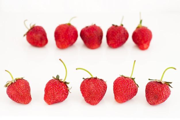 白で隔離される新鮮な赤い熟したイチゴ果実