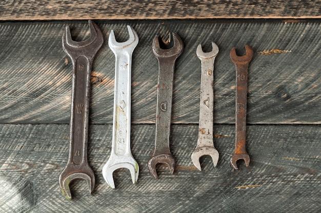 Старые ключи на деревянном взгляд сверху предпосылки