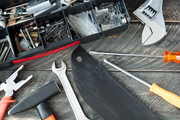 Набор различных инструментов на старых деревянных фоне. выборочный фокус. вид сверху