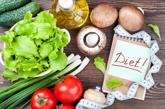 新鮮な有機野菜のレタス、キュウリ、トマト、ネギ、マッシュルーム、シャンピニオン、オリーブオイル