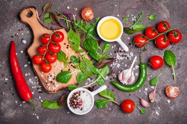 新鮮な有機野菜、オリーブオイル、ハーブ、スパイス。