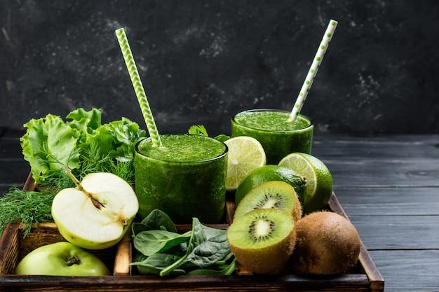 食材の果物と野菜で健康的な緑のスムージー