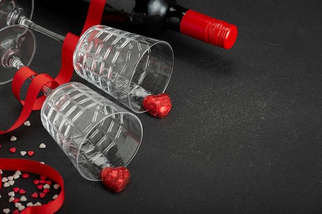 Два бокала, ленточная роза, ленточное сердце, стеклянная рюмка, бутылка вина, бокалы, вино, шампанское, красная лента, день святого валентина