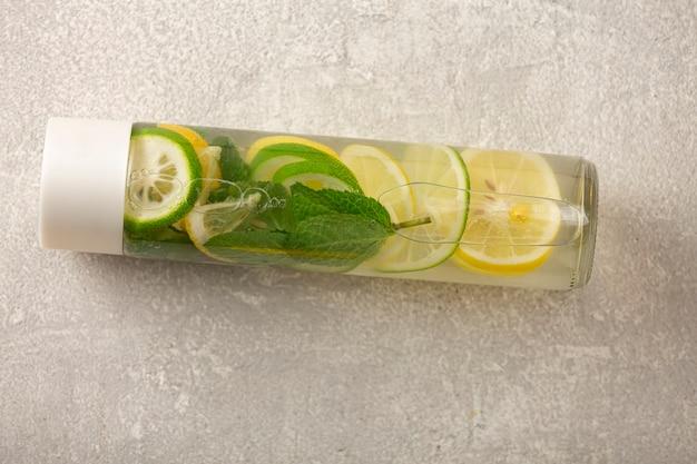Безалкогольный напиток в модной бутылке. пить из чистой воды с лаймом, лимоном, мятой. без сахара