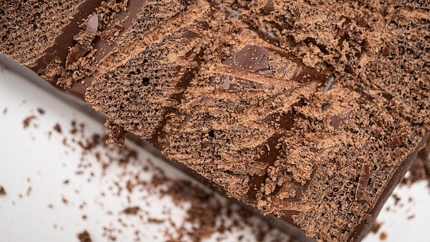 Черный пористый шоколад кусочки крупным планом
