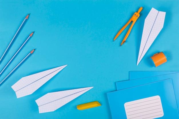 学校に戻る、夢、学校、飛行機、シンプルな背景、フラットレイアウト、コピースペース、スローガン、バナー、ノートブック、学校のノートブック、時計、学用品