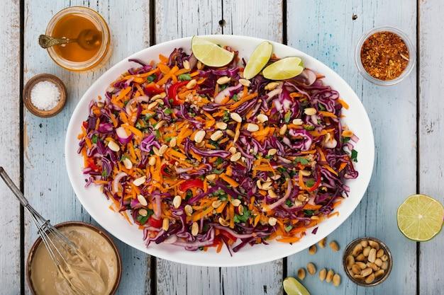 赤キャベツのサラダ。タイ料理。生姜とピーナッツのドレッシングのサラダ