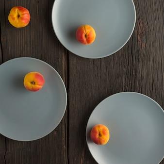 Здоровое питание. абрикосы на серой тарелке.