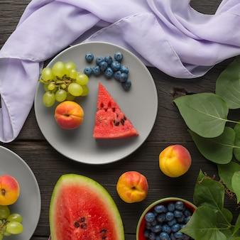 健康的な食事新鮮なフルーツ、ベリー、カッテージチーズデザート
