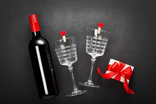 バレンタインデーのギフトボックスとワインボトル