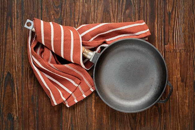 木製のテーブルに空のパン。コンセプト:料理、キッチン、トップビュー
